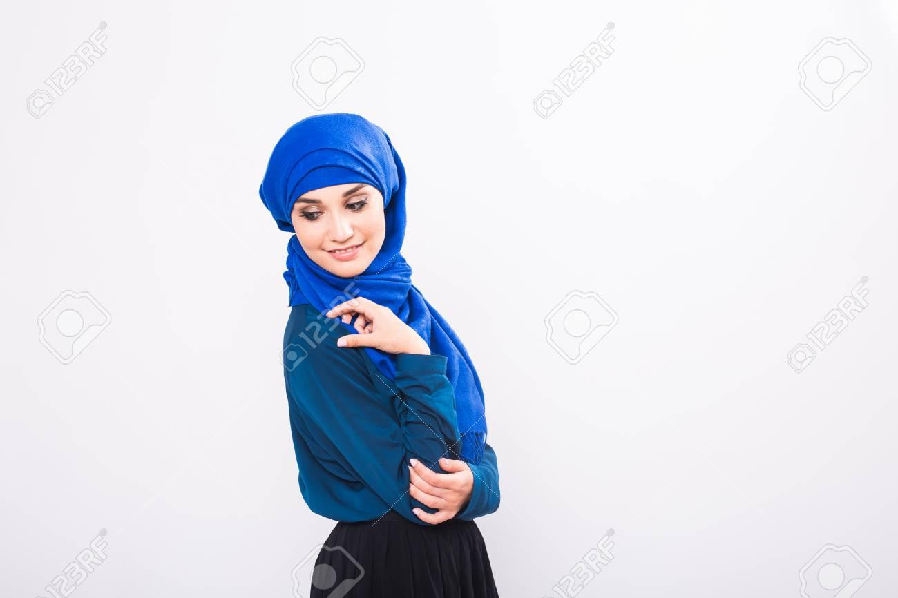 52c19e835 Retrato de mujer musulmán joven que llevaba ropa tradicional árabe