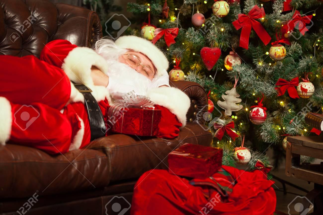 Weihnachtsmann In Einem Dekorierten Wohnzimmer Mit Seinem Sack ...