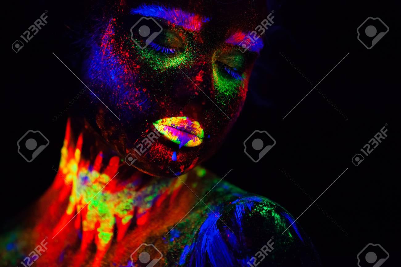 Belle Femme Modèle Extraterrestre Dans La Lumière Au Néon. C\u0027est Le  Portrait De Beau Modèle Avec Maquillage Fluorescent, Art Design De Femme  Posant En UV