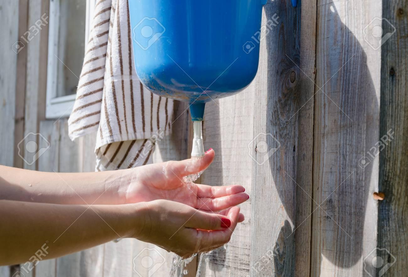 Nahaufnahme Der Gärtner Mädchen Frau Mit Roten Nägeln Hände Waschen ...
