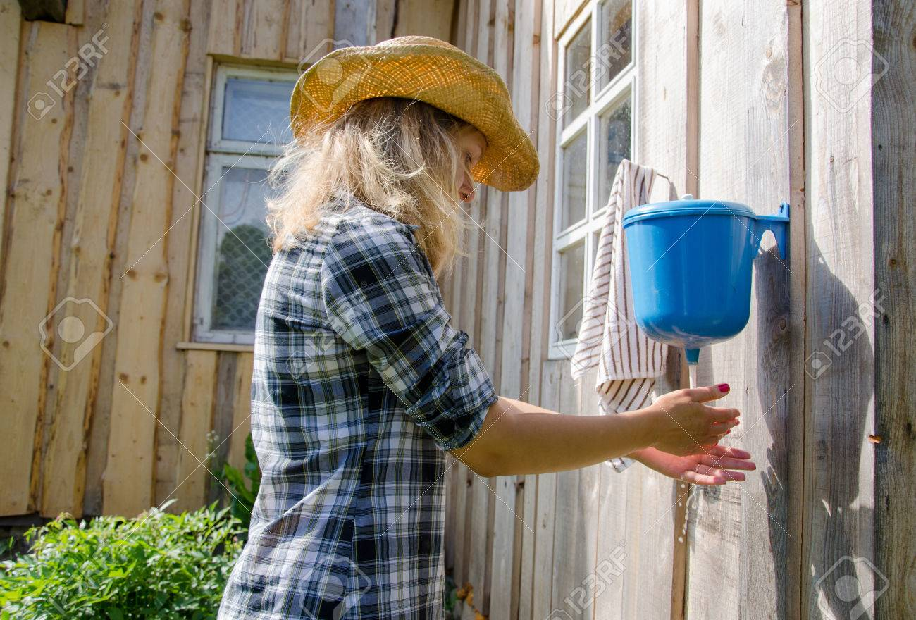 Bauer Cowgirl Frau Waschen Hände Unter Ländlichen Kunststoff ...