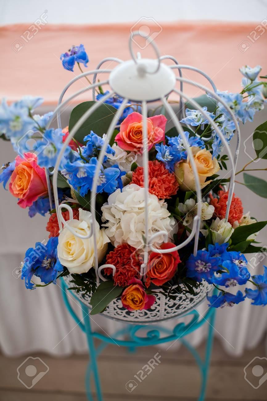 Hochzeit Tisch Mit Vogelkafig Blumen Kerzen Und Perlen Verziert
