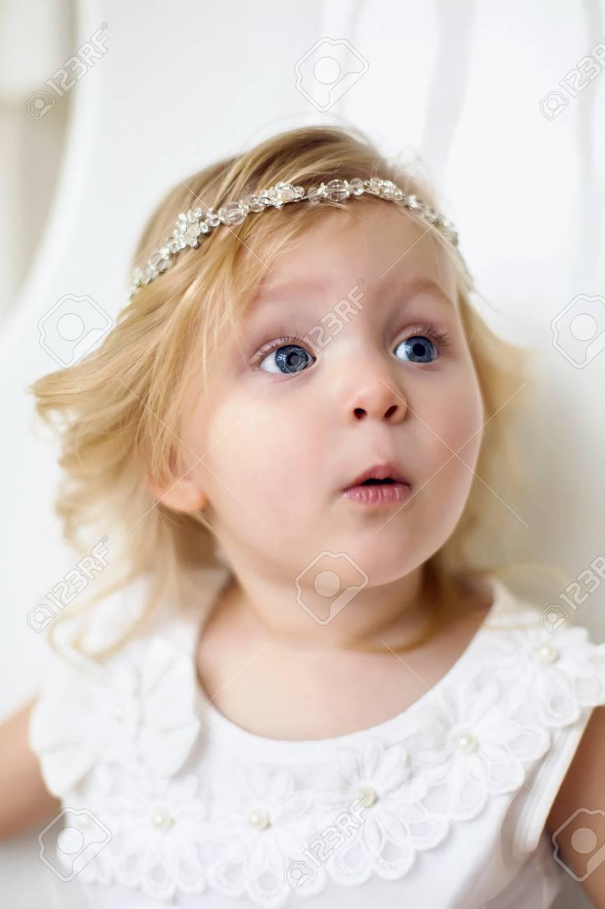 7c71b5147c8 Banque d images - Petite fille dans une robe blanche