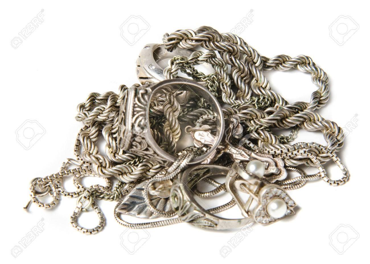 Vente au rabais 2019 images détaillées chaussures élégantes Solated tas de bijoux en or sur fond blanc chaînes, colliers, bracelets,  boucles d'oreilles, bagues et autres or de ferraille