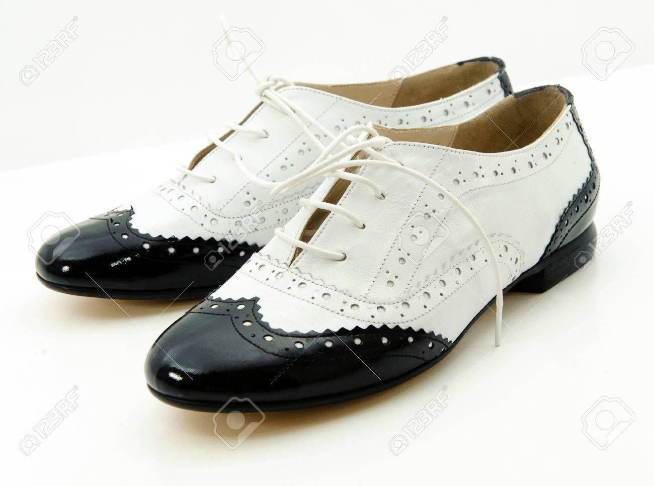 04ca3a6c676cc Blanco y negro zapatos gángster en un fondo blanco Foto de archivo -  23458726