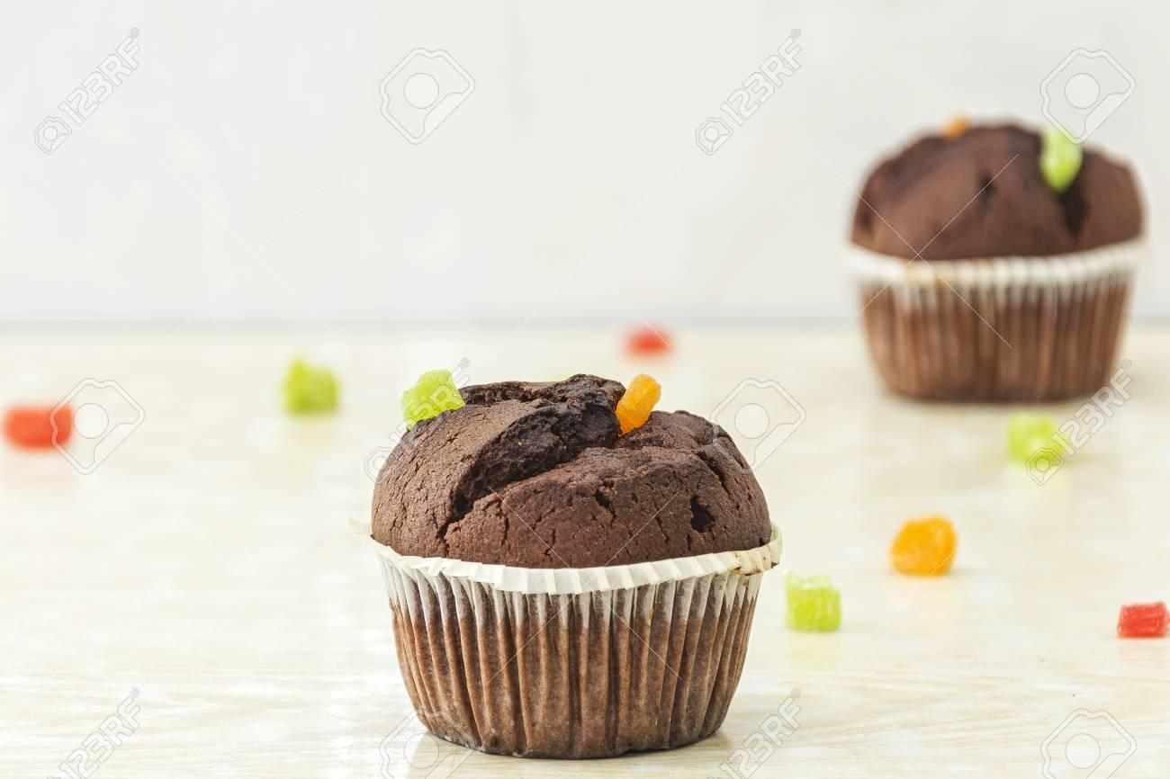 Auf Einer Hellen Oberfläche Ein Schokoladenkuchen Und Kandierte ...