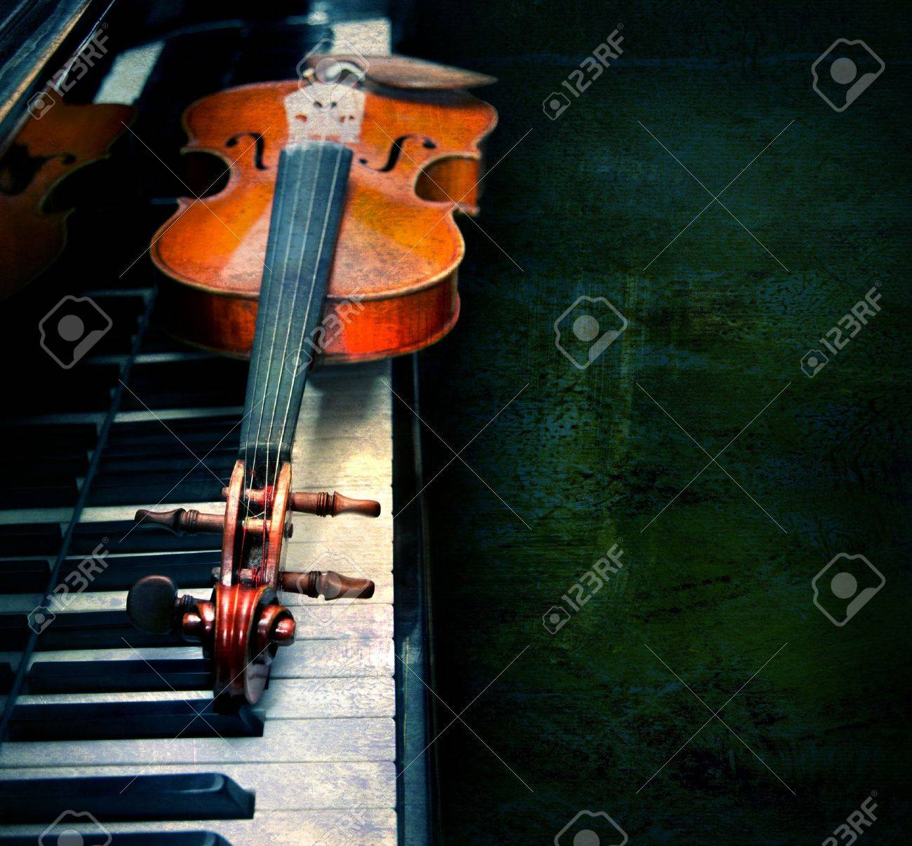 Violin on the piano on a grunge background Stock Photo - 11334061