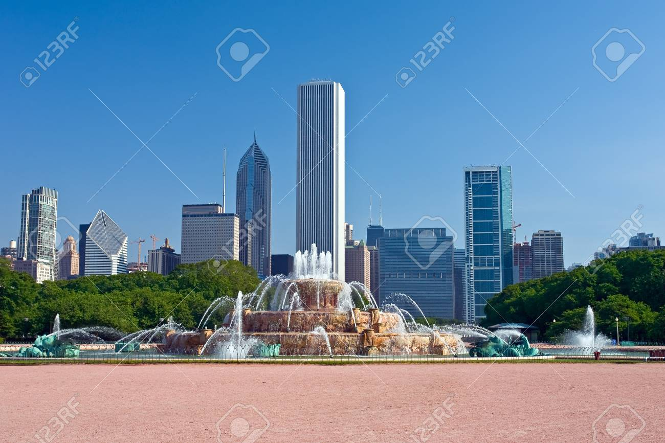 Chicago's skyline with Buckingham Fountain in the foreground Stock Photo - 4234128
