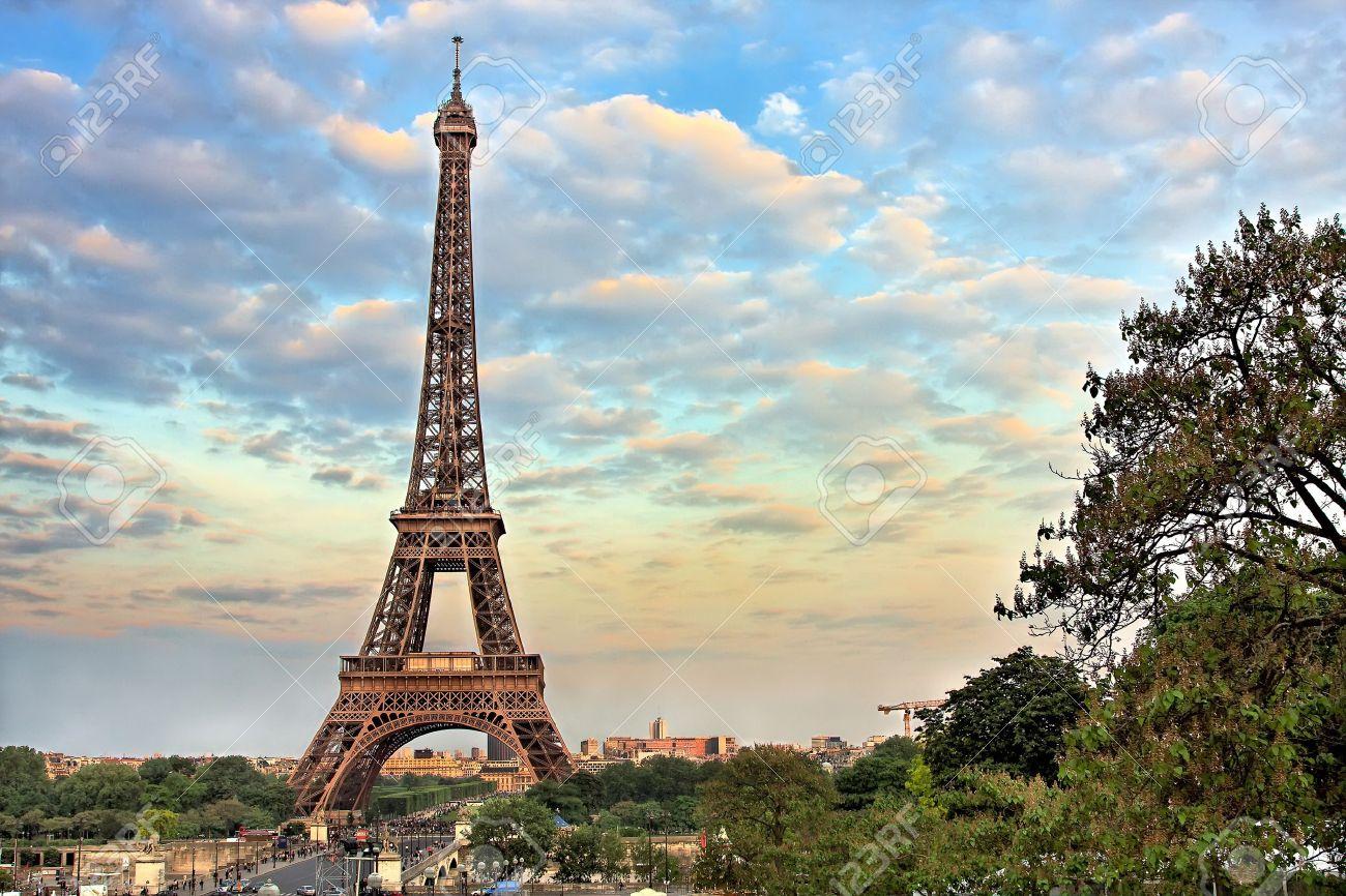夕方 パリ フランスでエッフェル塔 の写真素材 画像素材 Image