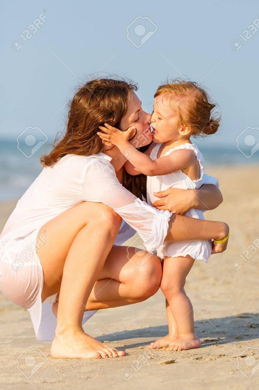 Фото с пляжей мам и дочек 6 фотография