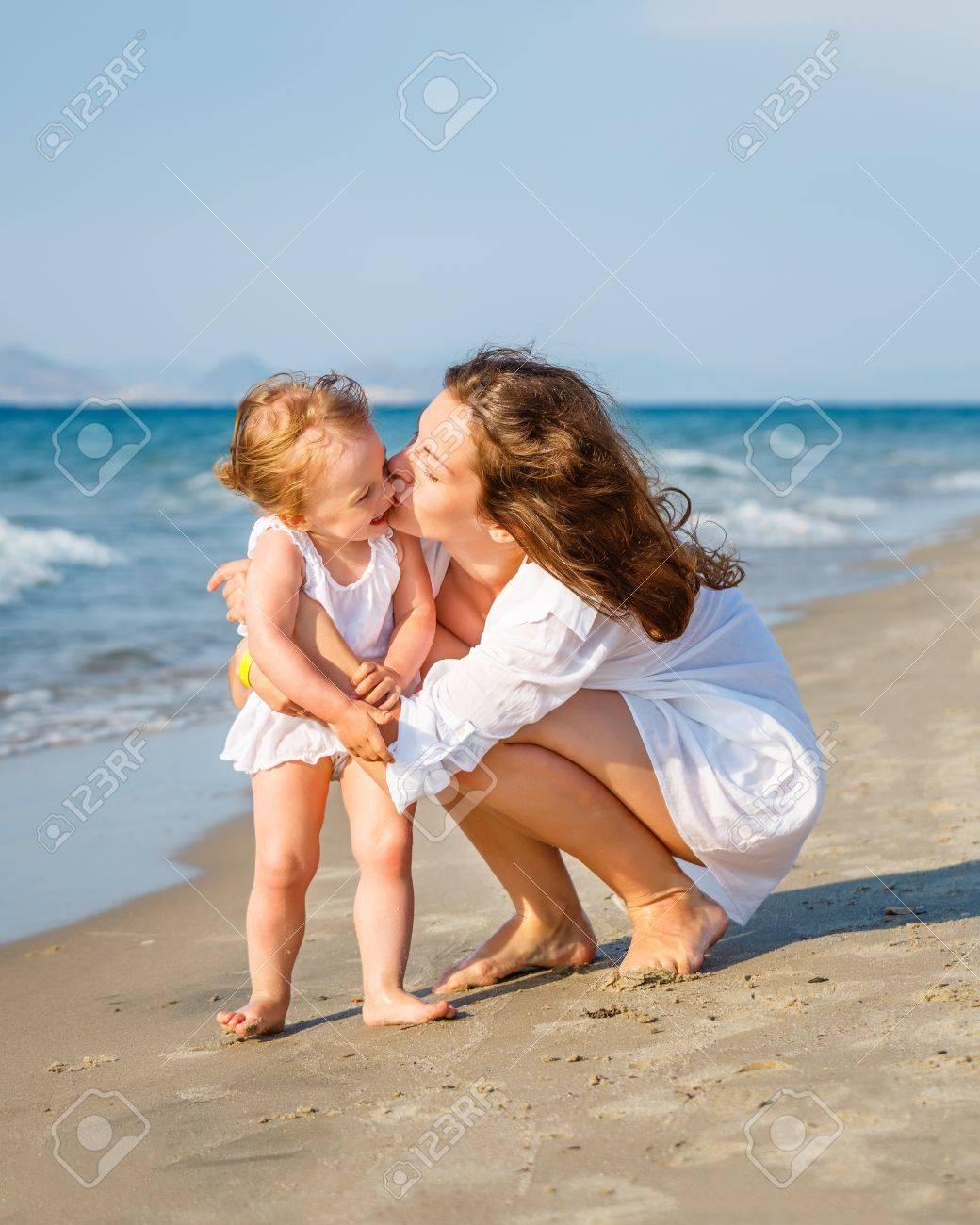 Смотреть как целуются дочка с мамой 21 фотография