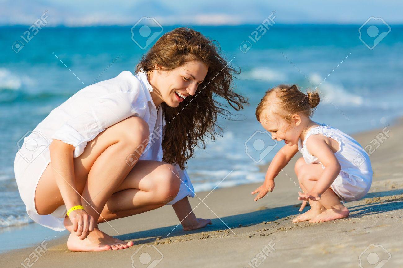 Мама с дочкой нудисты