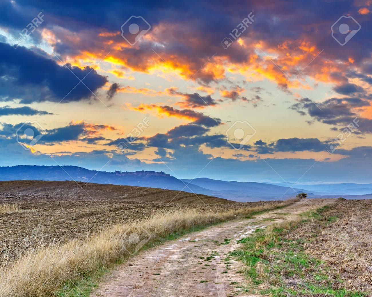 Toskanische Landschaft Am Sonnenuntergang, Italien Lizenzfreies ...