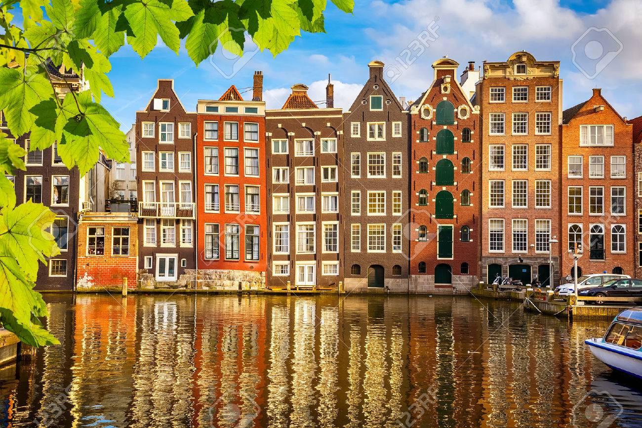 Les vieux bâtiments à Amsterdam Banque d'images - 37698289