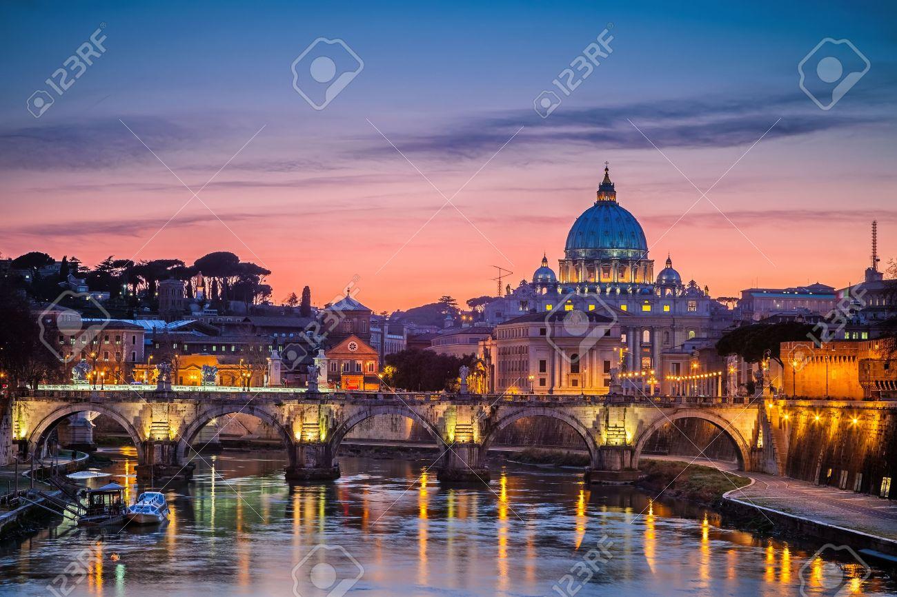 Vue de nuit à la cathédrale de Saint-Pierre à Rome, Italie Banque d'images - 42684199