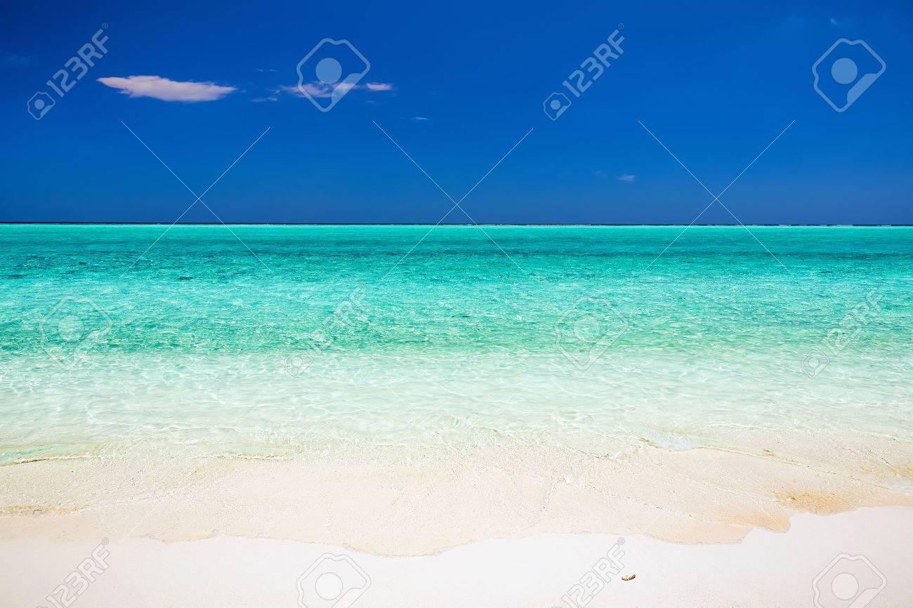 Belle plage de l'océan sur les Maldives Banque d'images - 42684457