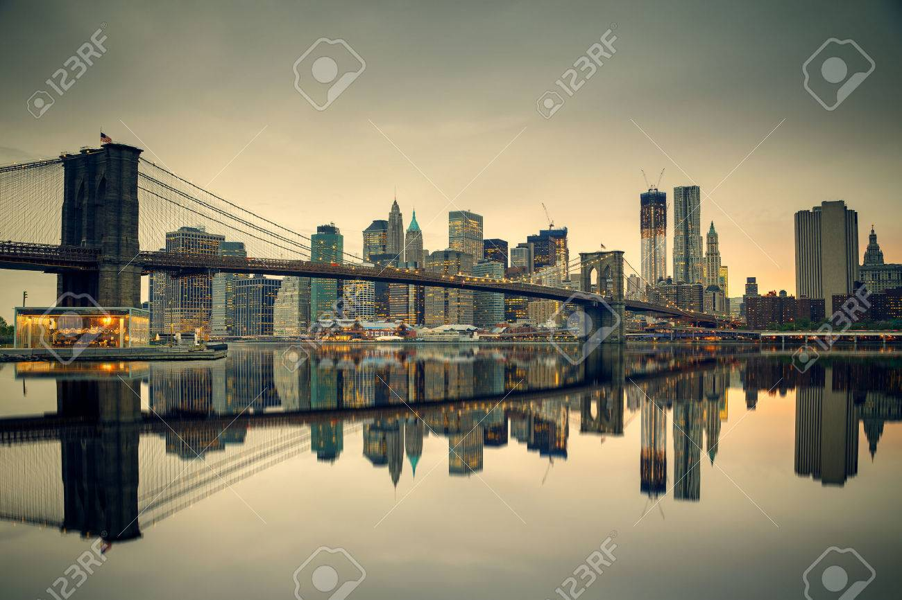 Pont de Brooklyn et Manhattan au crépuscule, New York City Banque d'images - 42923172