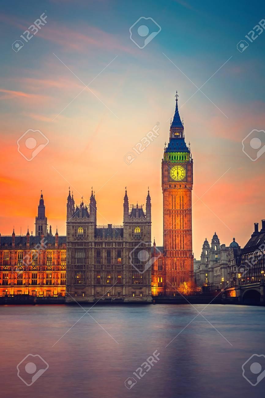 Big Ben et Chambres du Parlement au crépuscule à Londres Banque d'images - 44152117