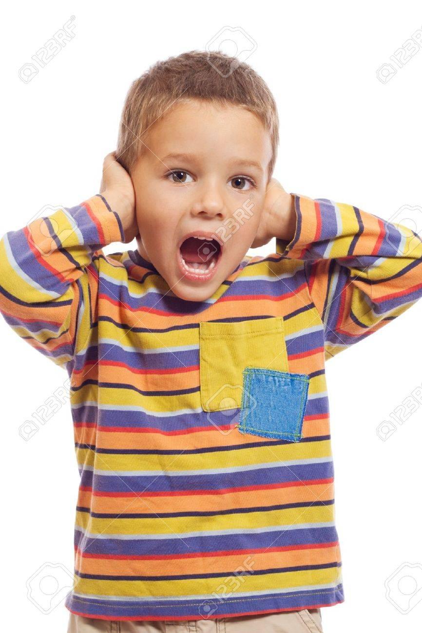 Почему ребенок уши закрывает руками