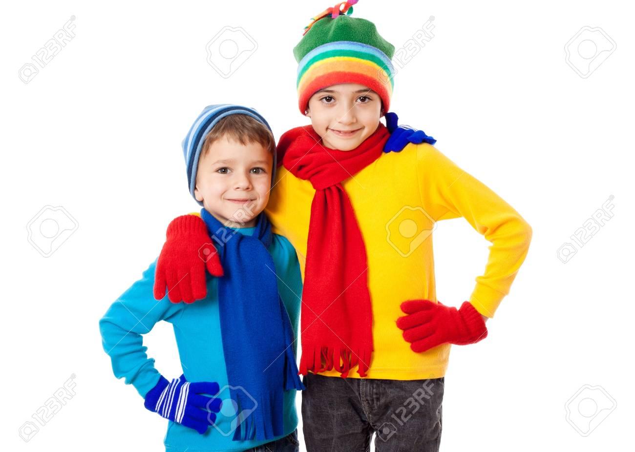 bf9462234dcb Dos niños sonrientes en ropa de invierno en conjunto, aislado en blanco