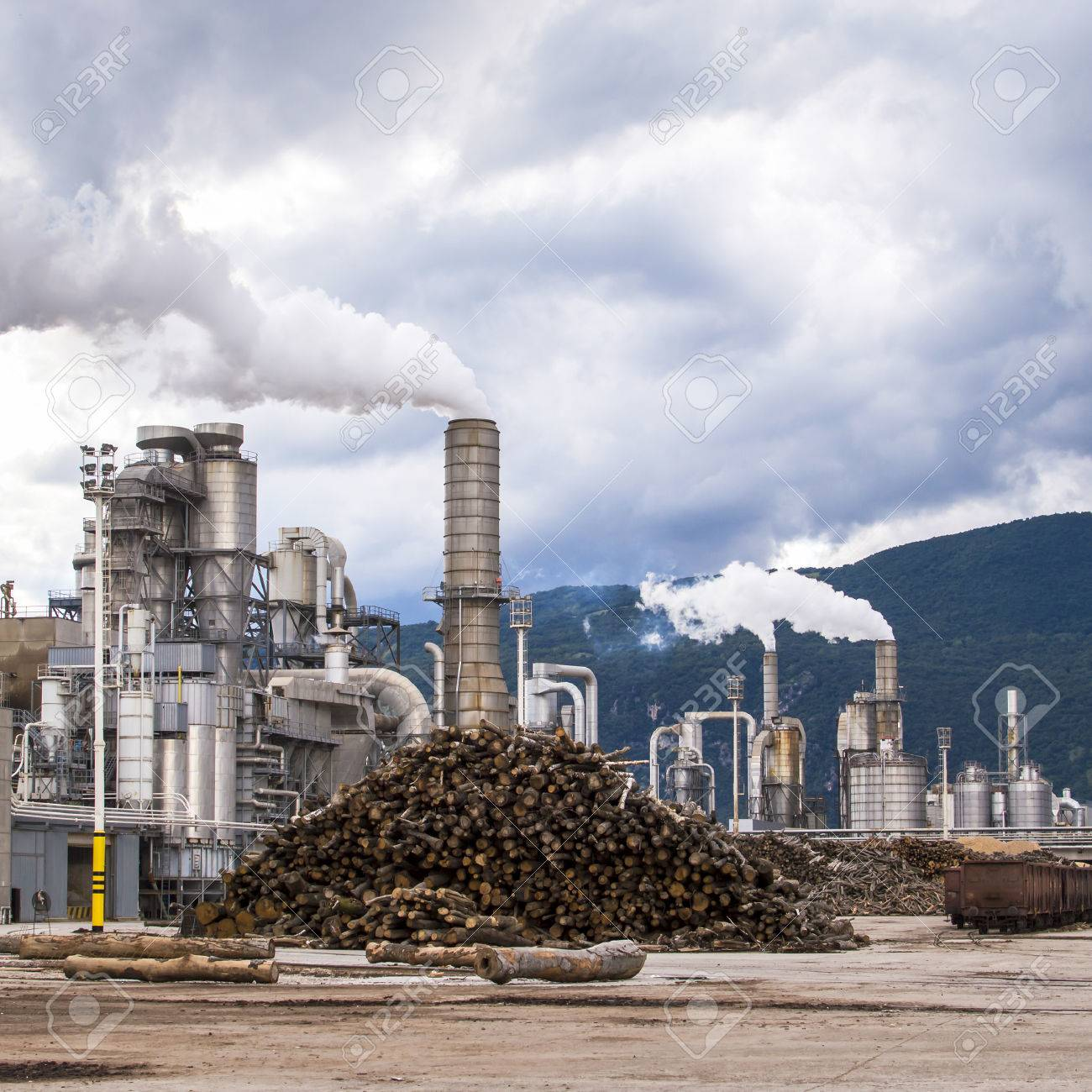 Holz Factory chemiewerk holz factory chimney silos stämme wagen schiene