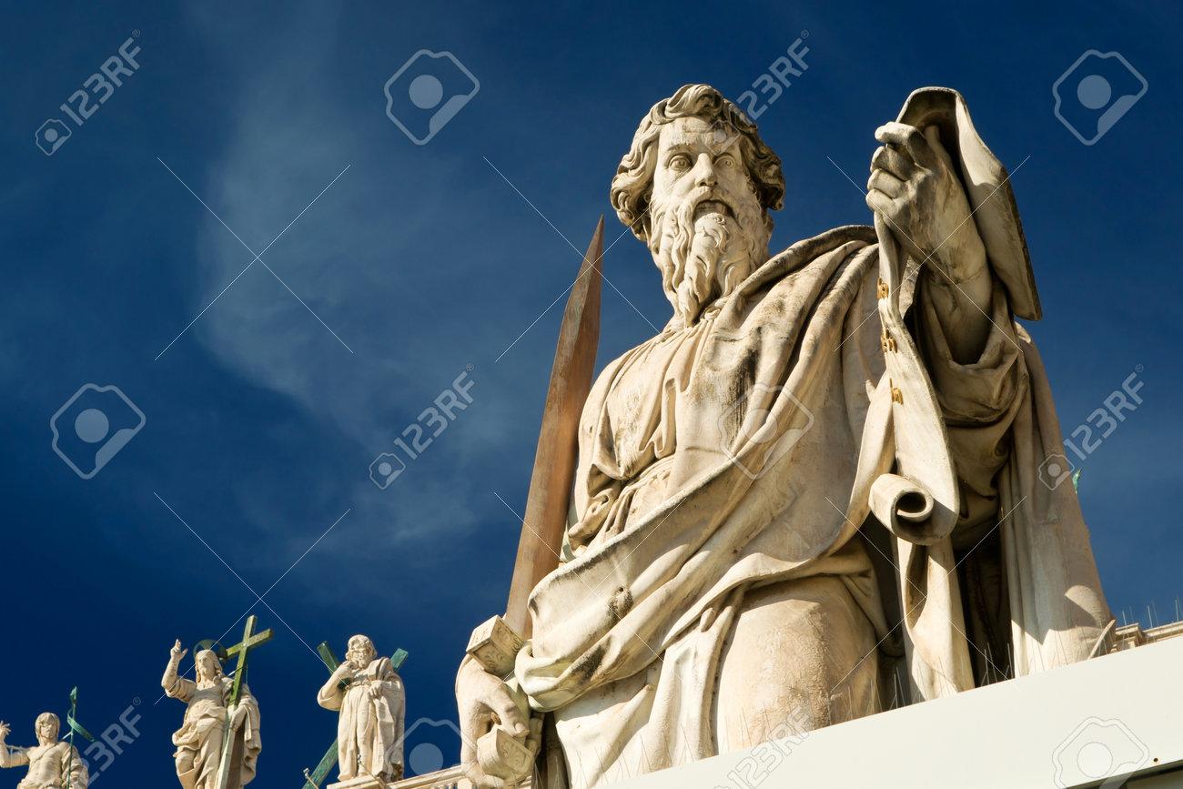 Statue de l'apôtre Paul en face de la Basilique de Saint-Pierre, Vatican, Rome, Italie Banque d'images - 20804958