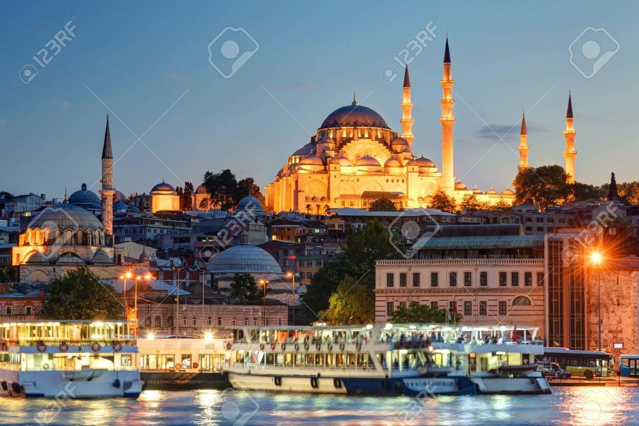 Le centre historique d'Istanbul, dans la soirée Vue de la Corne d'Or Banque d'images - 20906715