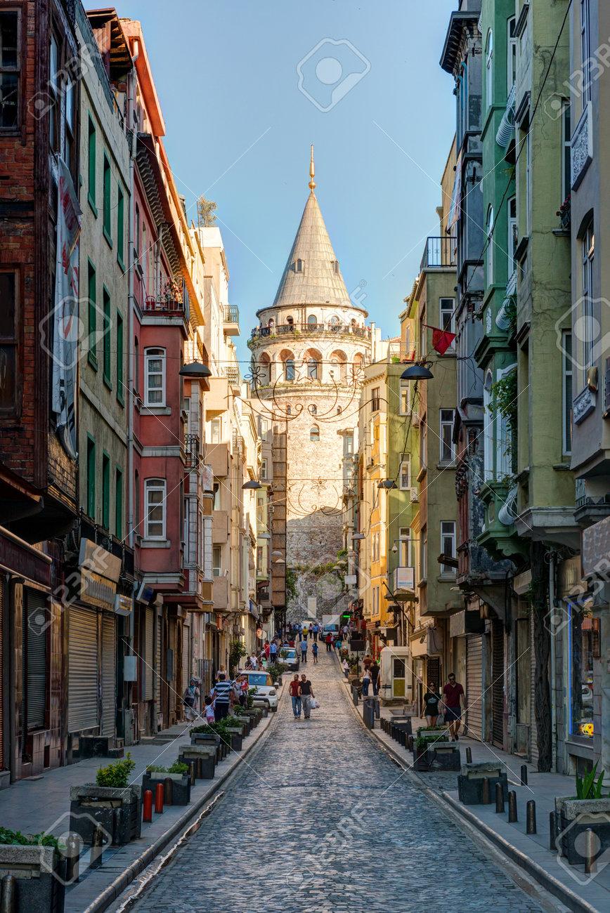 Vue de la vieille rue étroite avec la tour de Galata, le 26 mai 2013 à Istanbul, en Turquie La tour de Galata est le plus grand monument du Moyen Age Banque d'images - 20909539