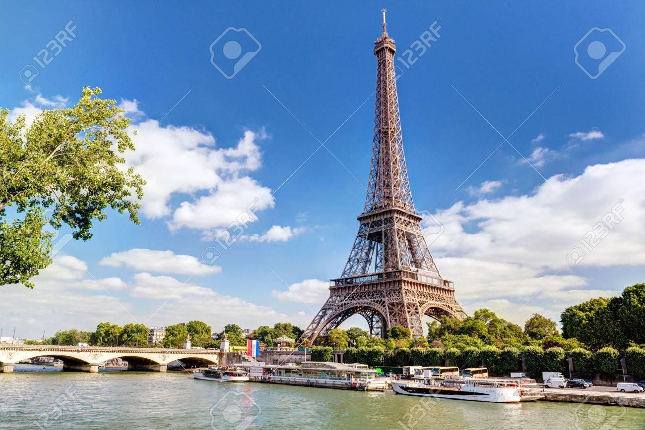 La tour Eiffel à Paris  Banque d'images - 24390424