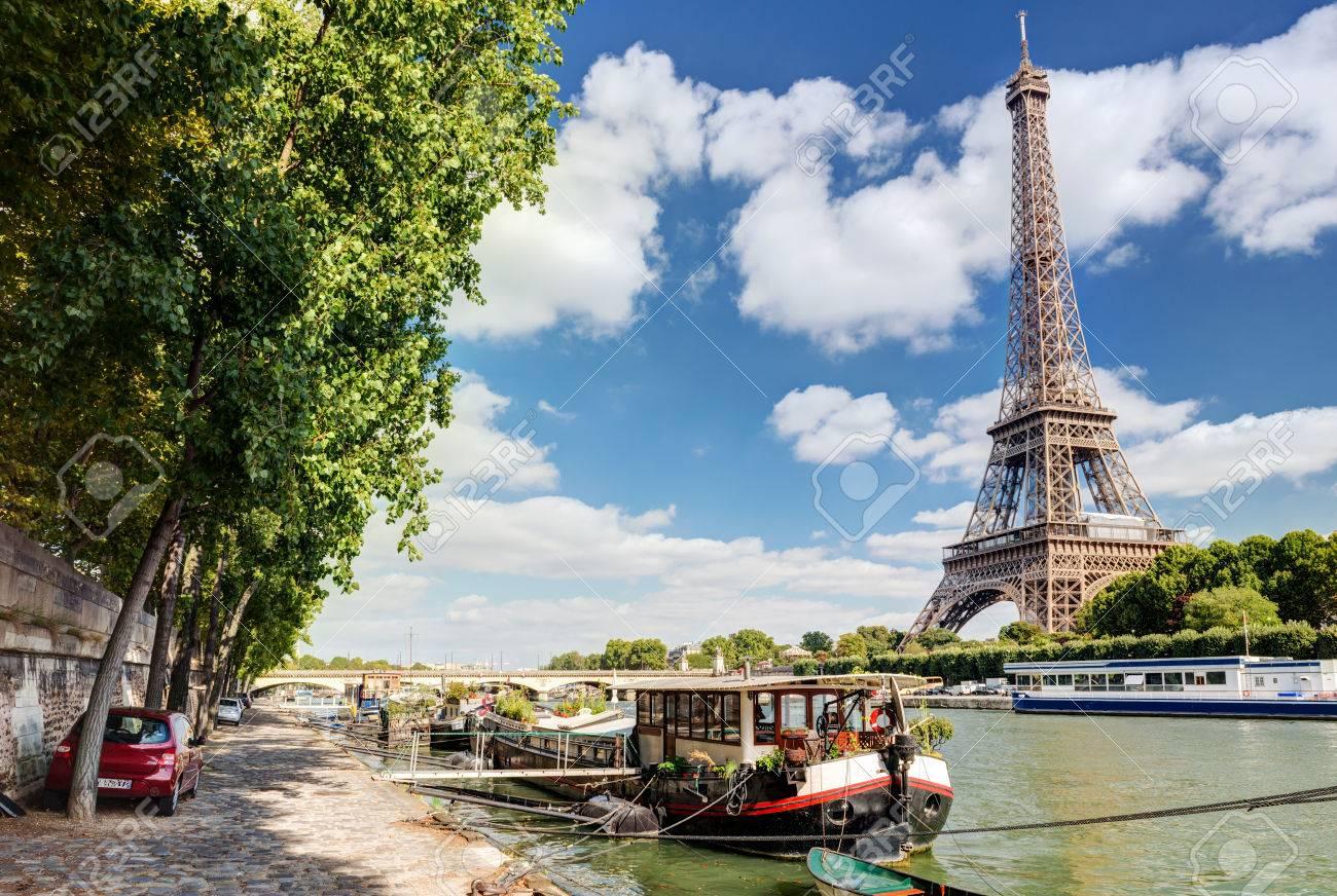 La Seine, la tour Eiffel à Paris Banque d'images - 24702706