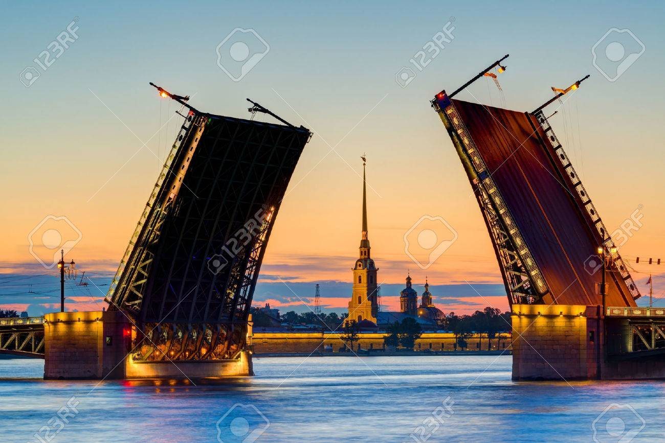 Vue carte postale de Palace Bridge avec Forteresse Pierre et Paul - symbole de Saint-Pétersbourg, Russie Nuits Blanches Banque d'images - 29622089