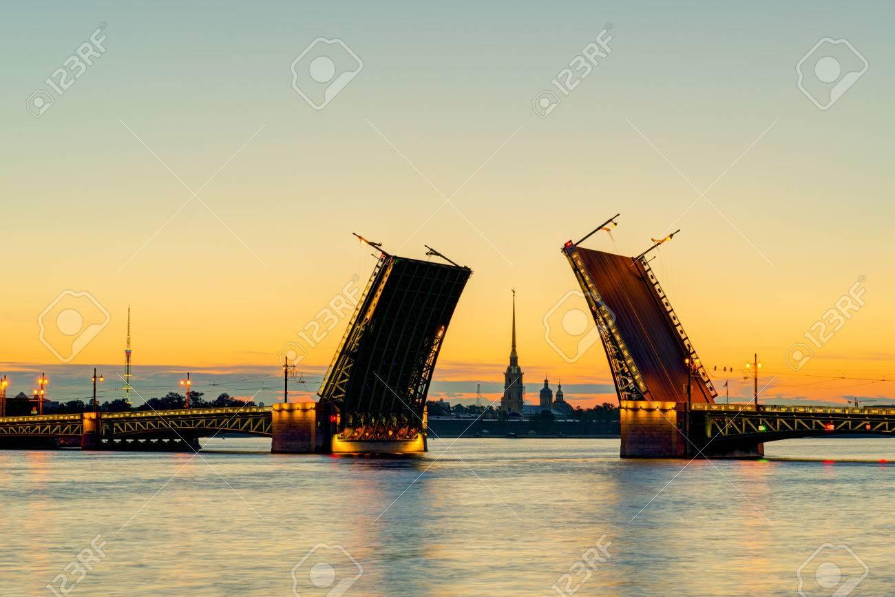 Vue carte postale de Palace Bridge avec la cathédrale Pierre et Paul - symbole de Saint-Pétersbourg, Russie Nuits Blanches Banque d'images - 29581174
