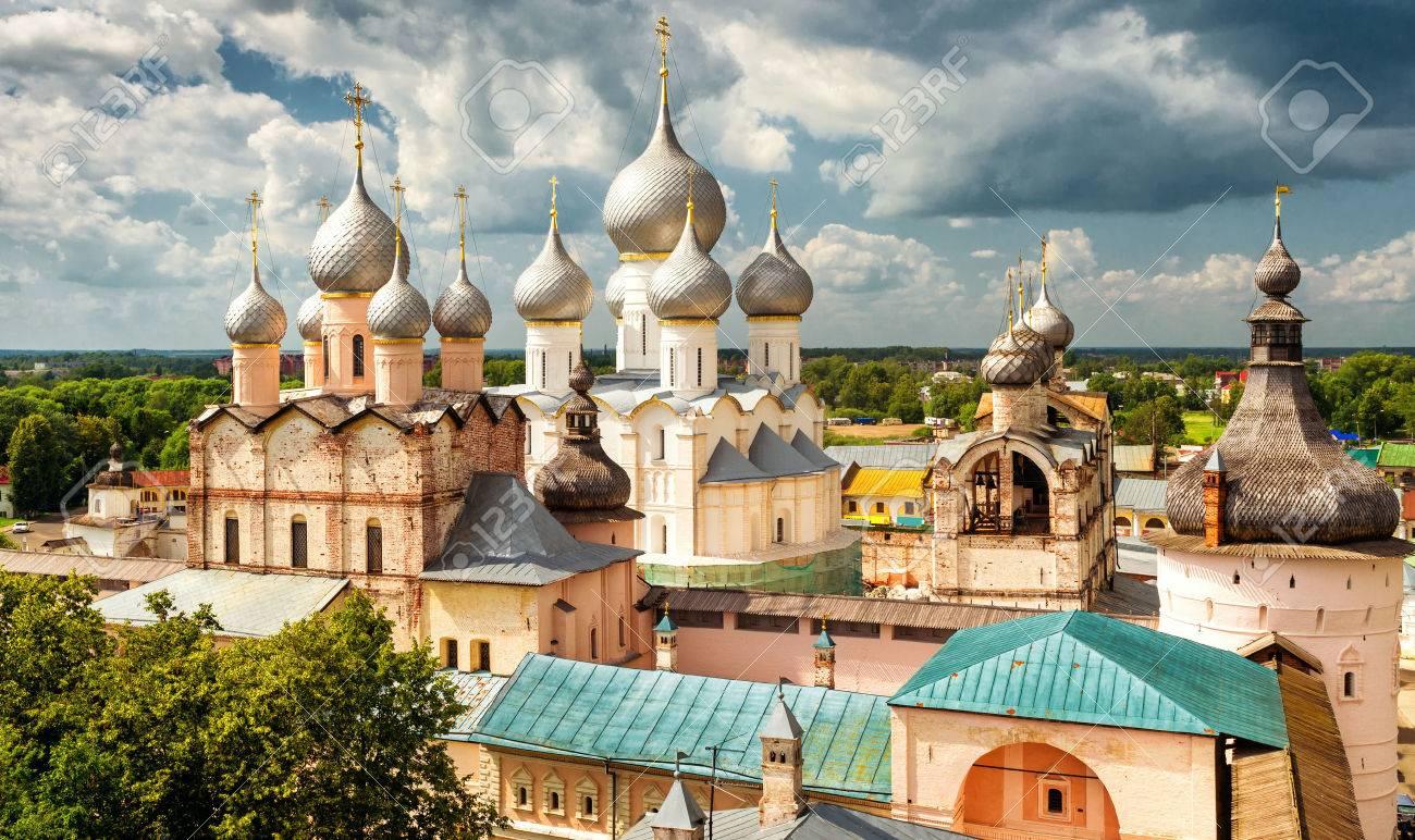 Cathédrale de l'Assomption et l'église de la Résurrection à Rostov Kremlin, Rostov le Grand, la Russie. Inclus dans la liste du patrimoine mondial de l'UNESCO Banque d'images - 37563519