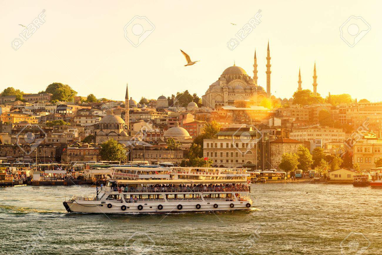 Bateau De Tourisme Flotte Sur La Corne D\'Or à Istanbul Au Coucher ...