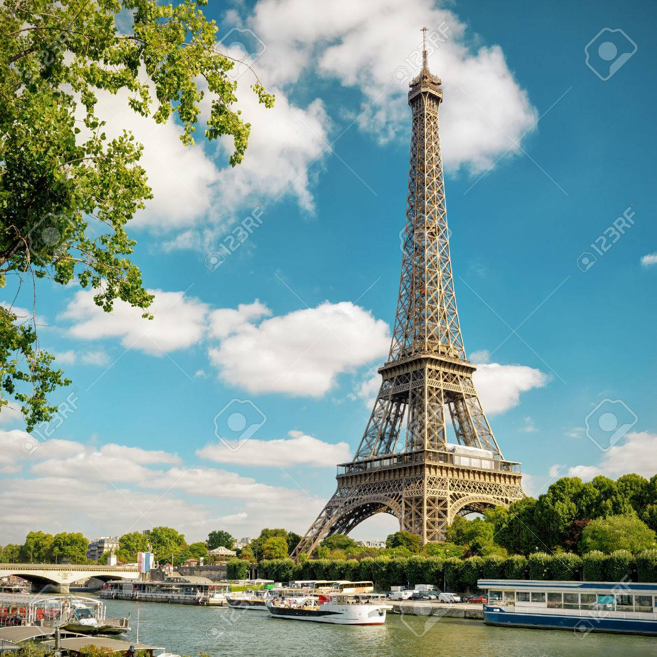 The Eiffel tower from the river Seine in Paris, France Banque d'images - 50018707