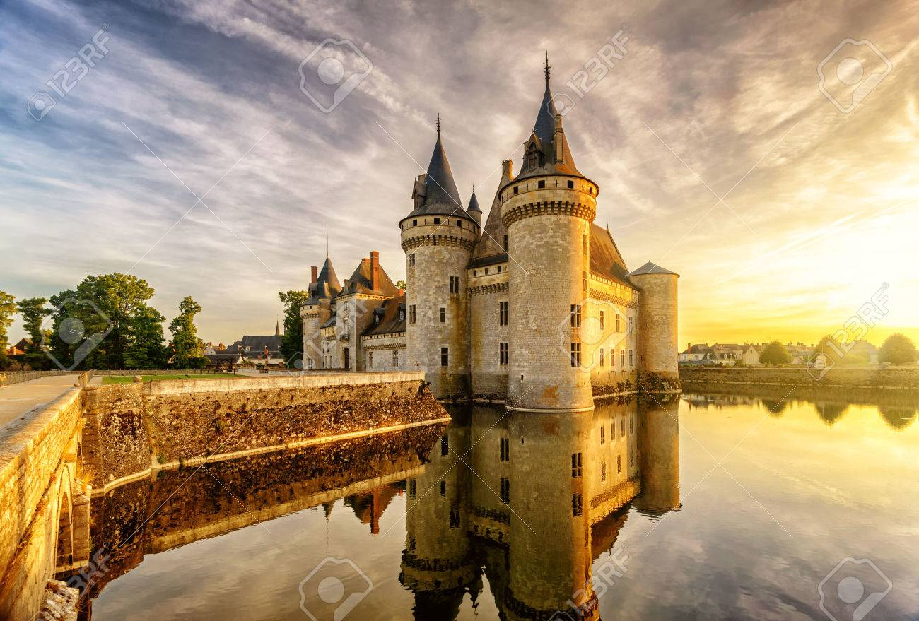 The chateau of Sully-sur-Loire at sunset, France. This castle is located in the Loire Valley, dates from the 14th century and is a prime example of medieval fortress. Banque d'images - 54680412