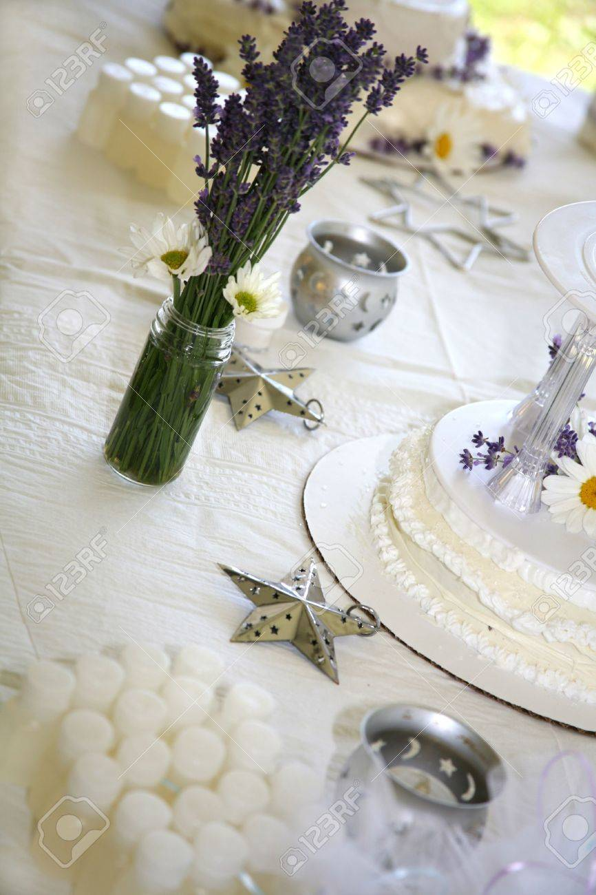 Hausgemachte Hochzeitstorte Mit Frischen Ganseblumchen Und Lavendel