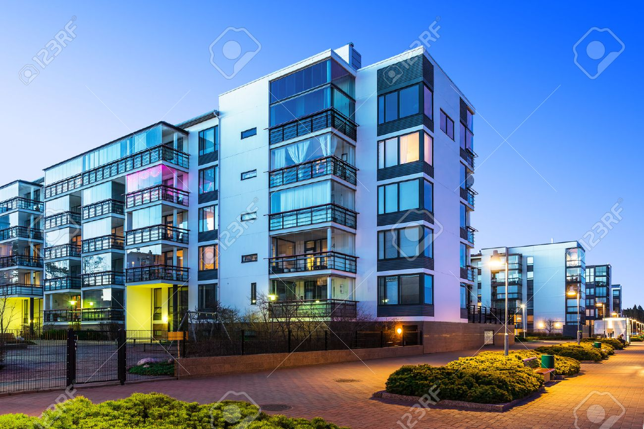 Hausbau und stadt baukonzept abend im freien städtischen blick auf moderne immobilien häuser lizenzfreie bilder