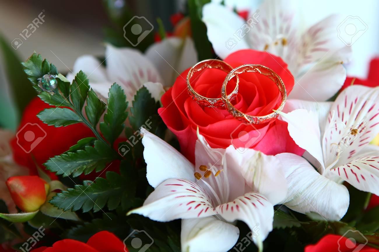 Paar Goldene Hochzeit Ringe Auf Blumenstrauss Lizenzfreie Fotos