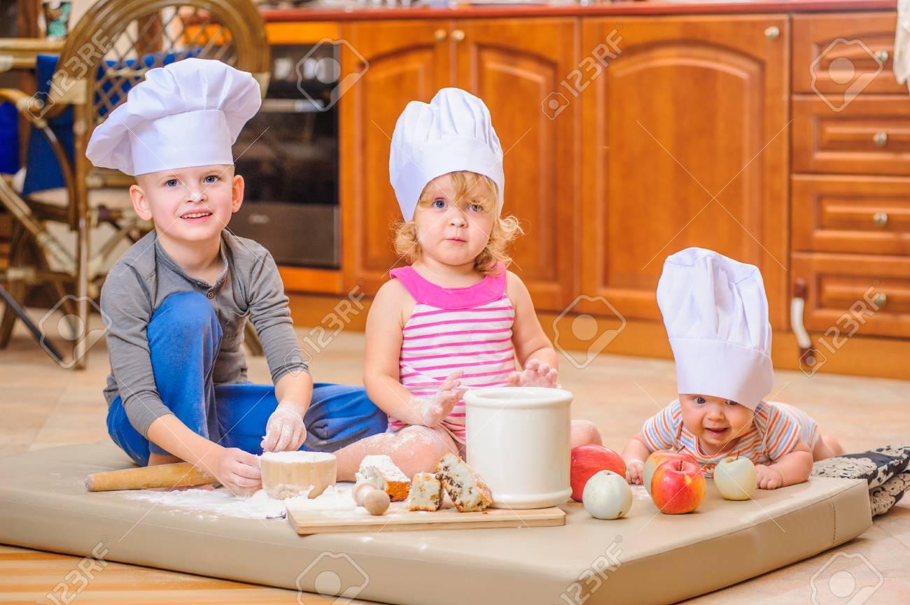 6c517db96c049 Dos Hermanos - Muchacho Y Muchacha - Y Un Cabrito Recién Nacido Con Ellos  En Los Sombreros Del Cocinero Que Se Sientan En El Suelo De La Cocina  Manchado Con ...