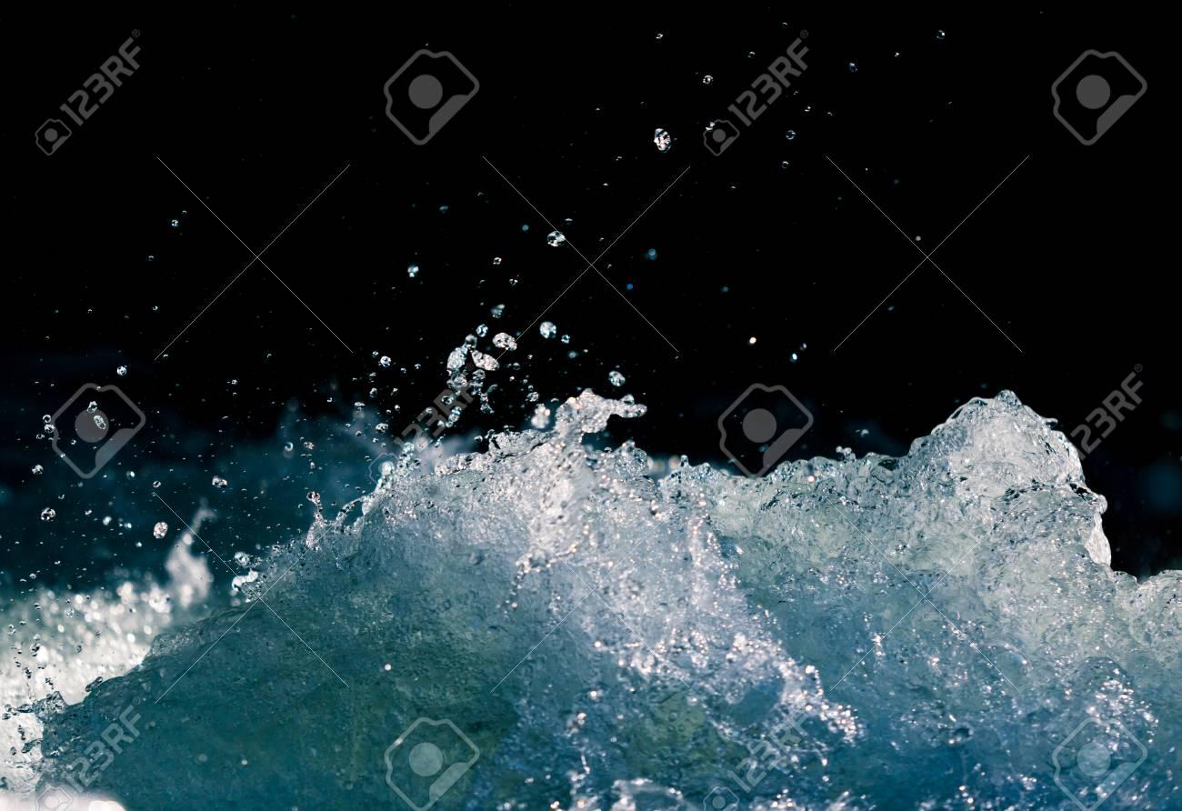 Immagini Stock Splash Di Acqua Tempestosa In Mare Su Sfondo Nero