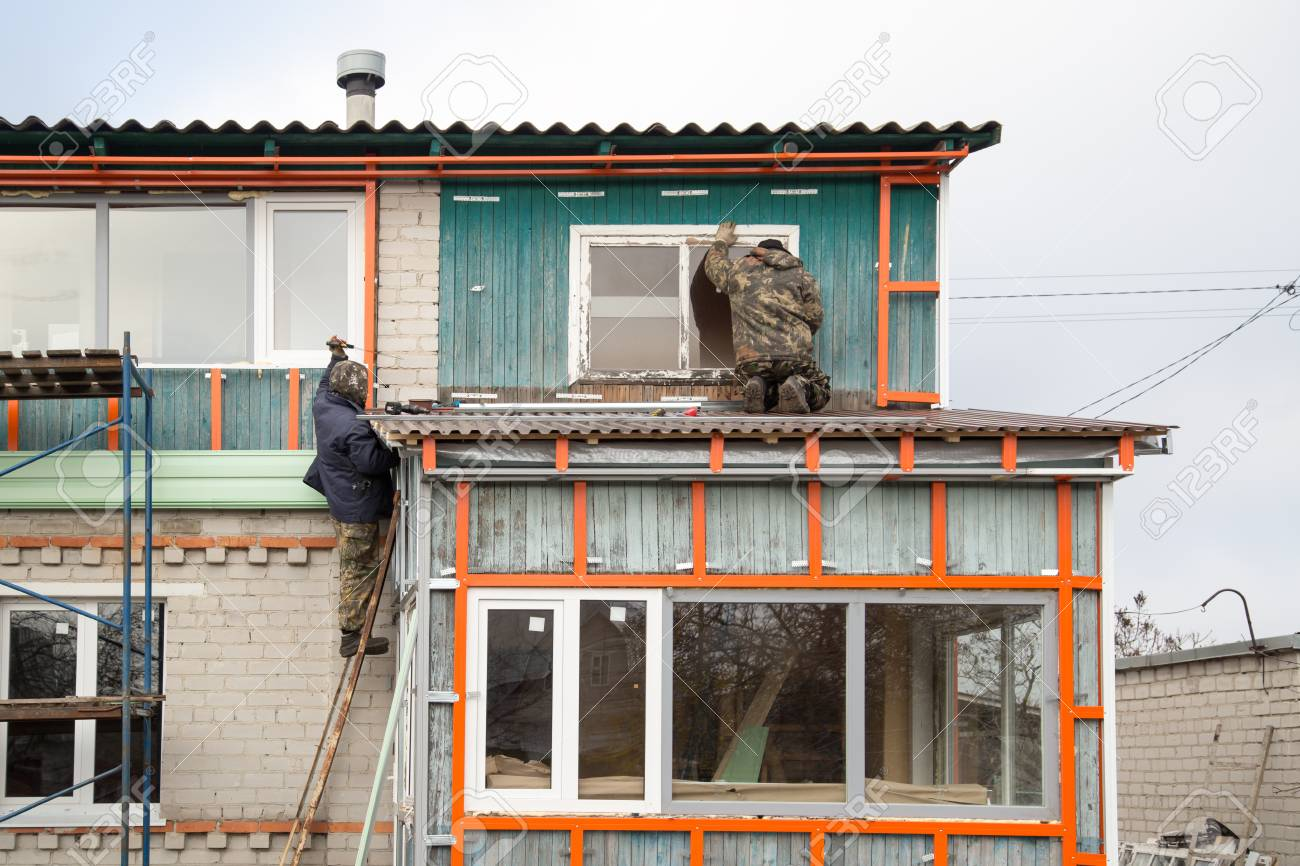 workers walling the house with wall siding stock photo picture rh 123rf com house with wall house with wall clock