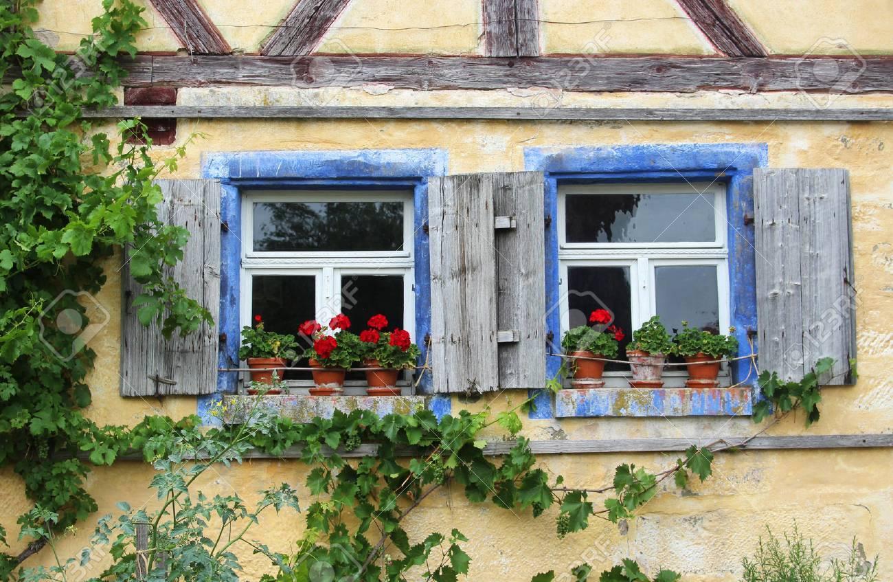 Bevorzugt Zwei Alte Fenster Mit Fensterläden Und Roten Geranien In Einem ZT12