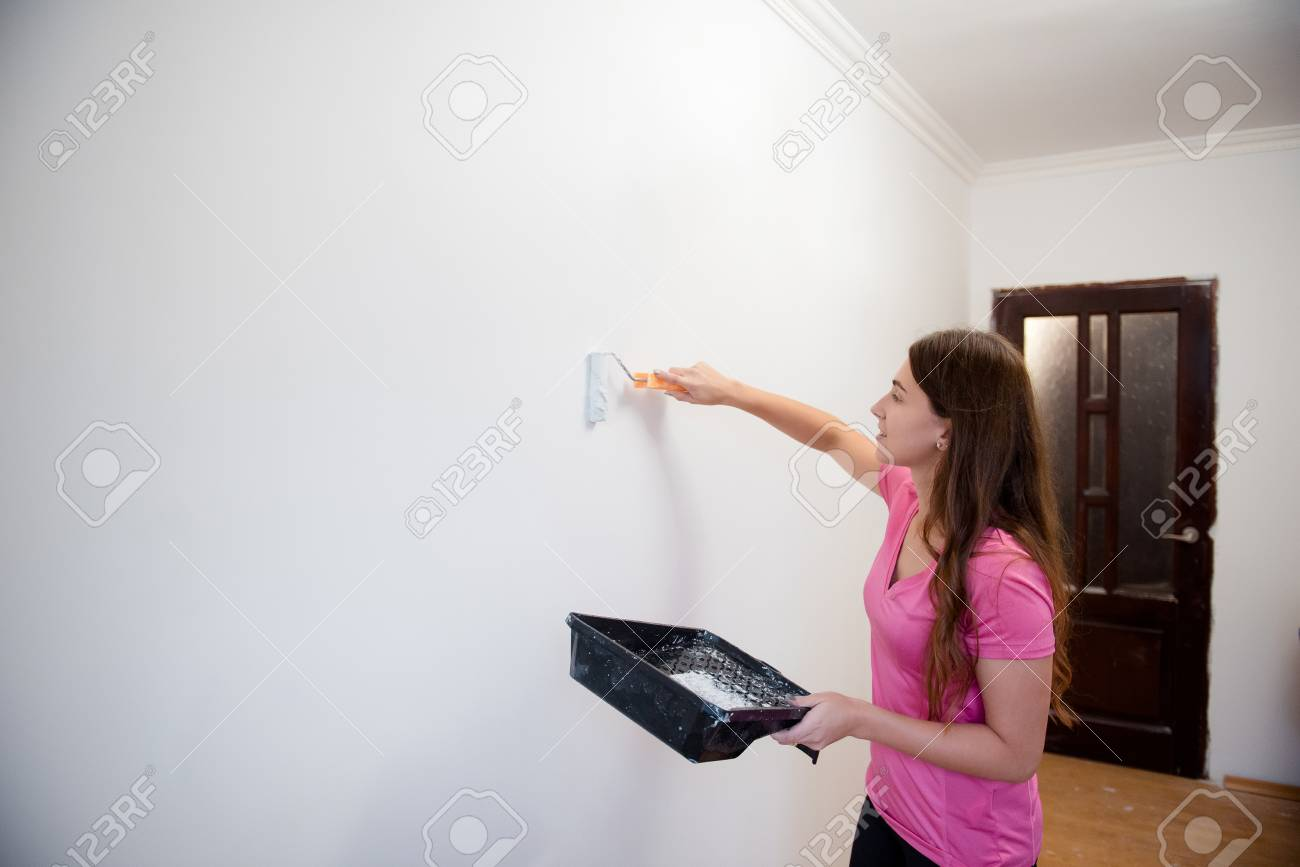 Young Attractive Woman Painting Walls With A Roller In A New House Interior Design Renovation Lizenzfreie Fotos Bilder Und Stock Fotografie Image 117358281