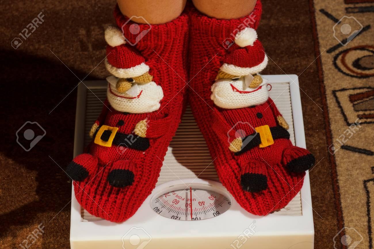 Mädchen Auf Dem Boden Vysah In Weihnachten Socken Stehen ...
