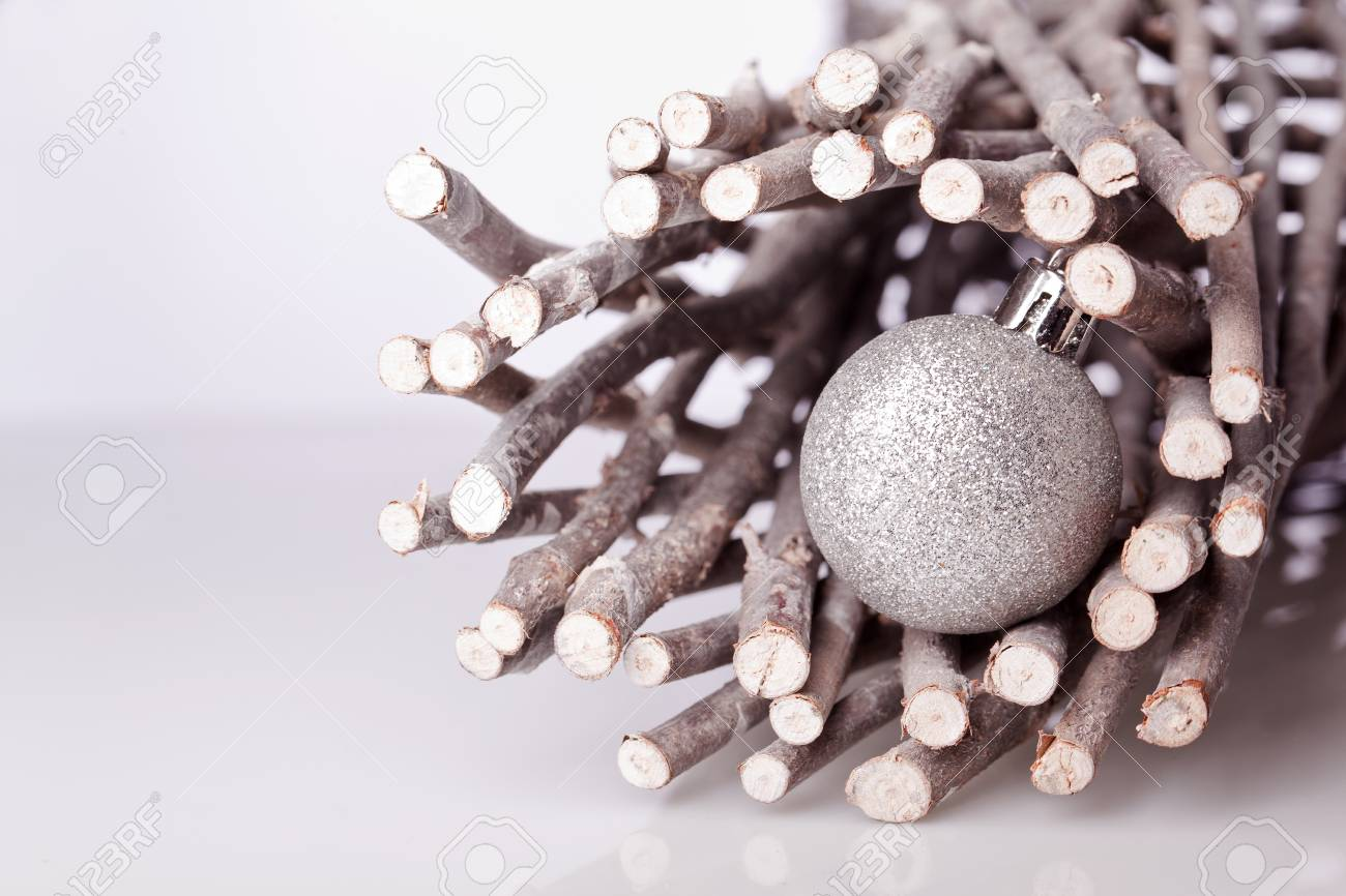 argent décoration de boule de noël sur les branches en bois banque d