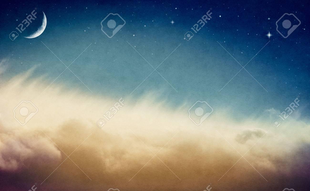 Foto Di Luna E Stelle.Una Falce Di Luna E Stelle Nascenti Sopra Nebbiosa Nebbia E Nubi Immagine E Fatto In Colori Retro Ed Esibisce Una Carta A Grana Gradevole E La
