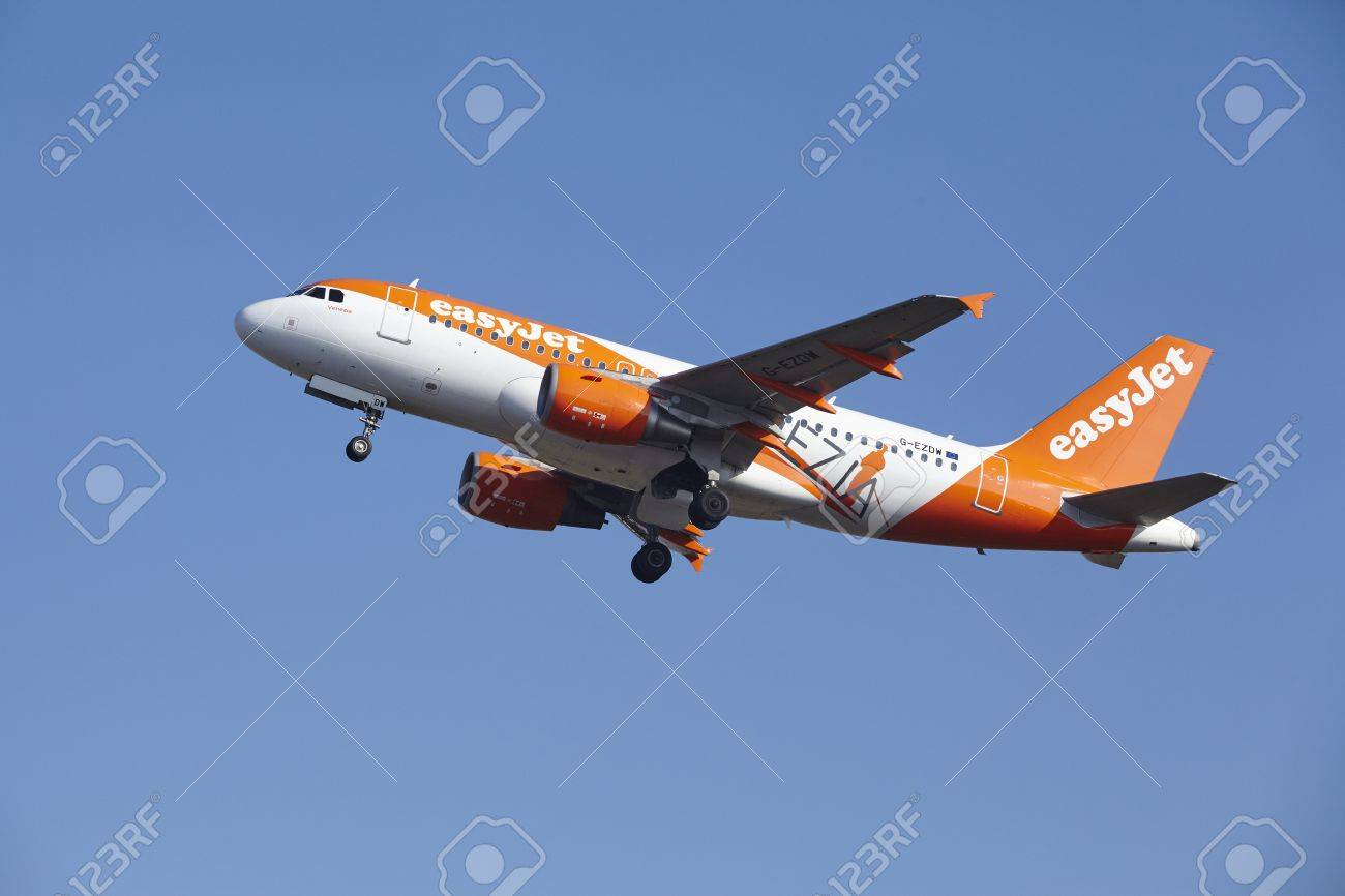 The EasyJet Airbus A319-111 (Venezia Livery) with identification