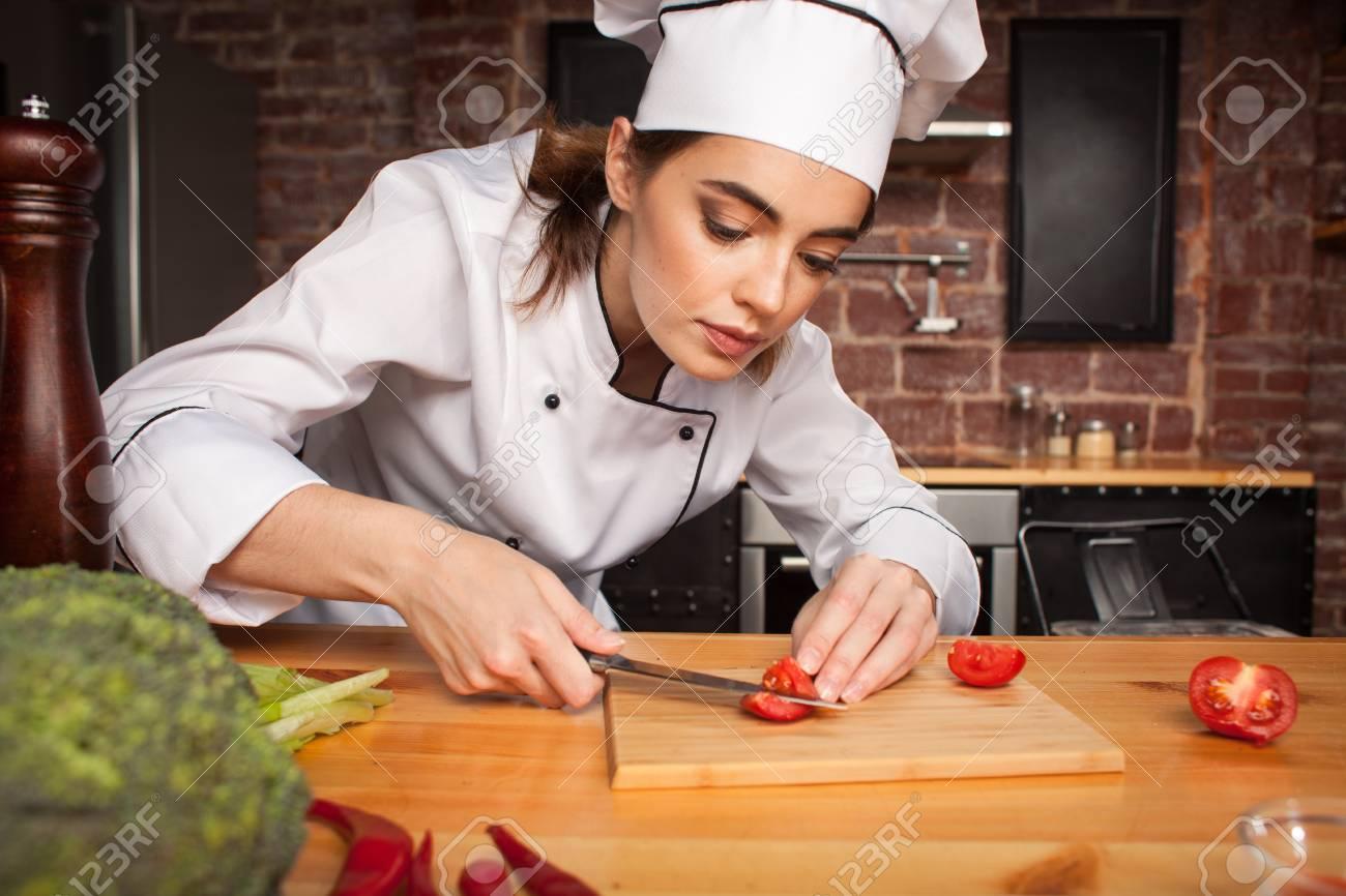 Foto De Archivo   Mujer Chef Cocinar Cortar Verduras En La Cocina  Preparando Una Comida De Tomates Y Brócoli