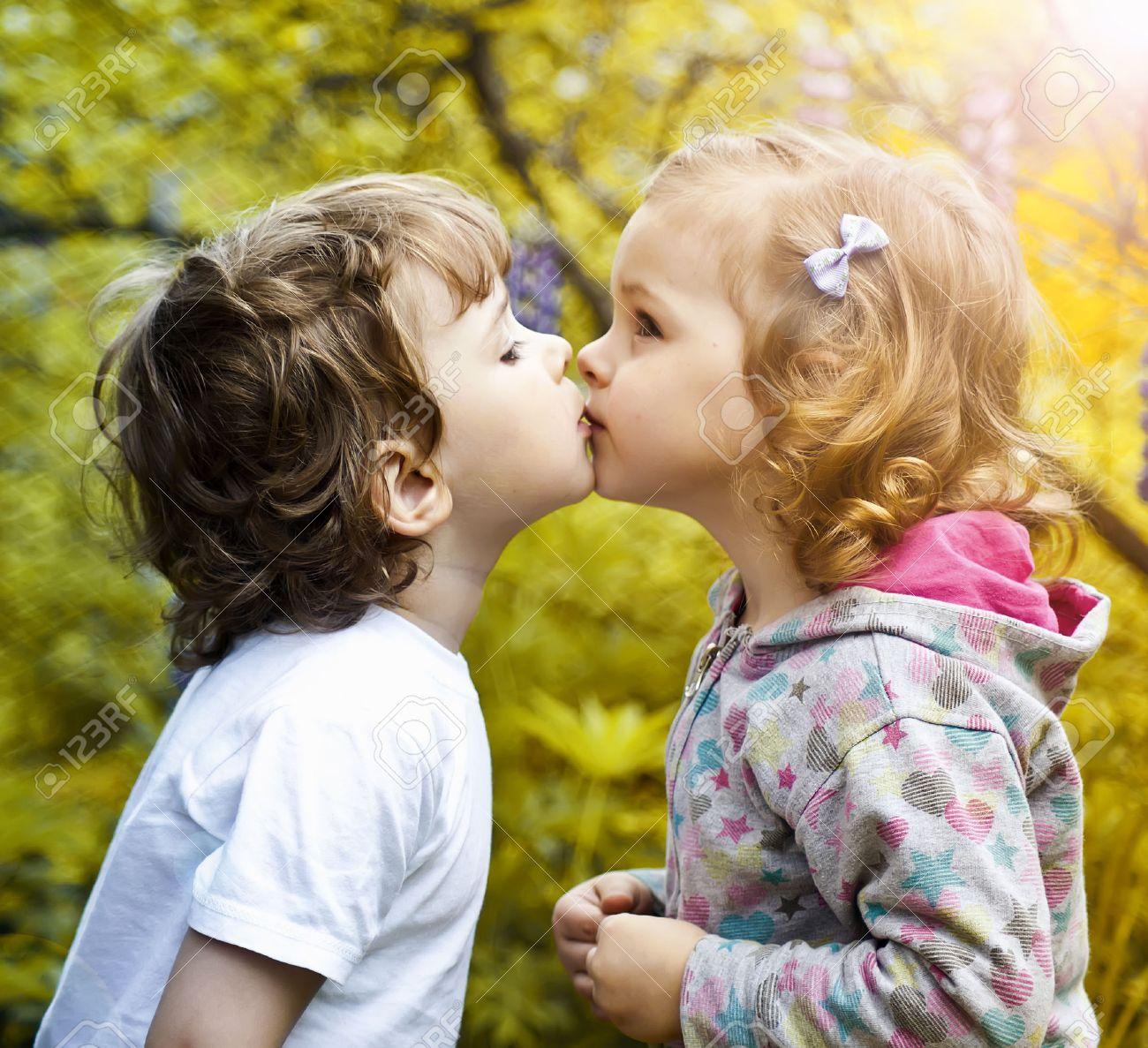 Little boy kissing a girl - 22427954